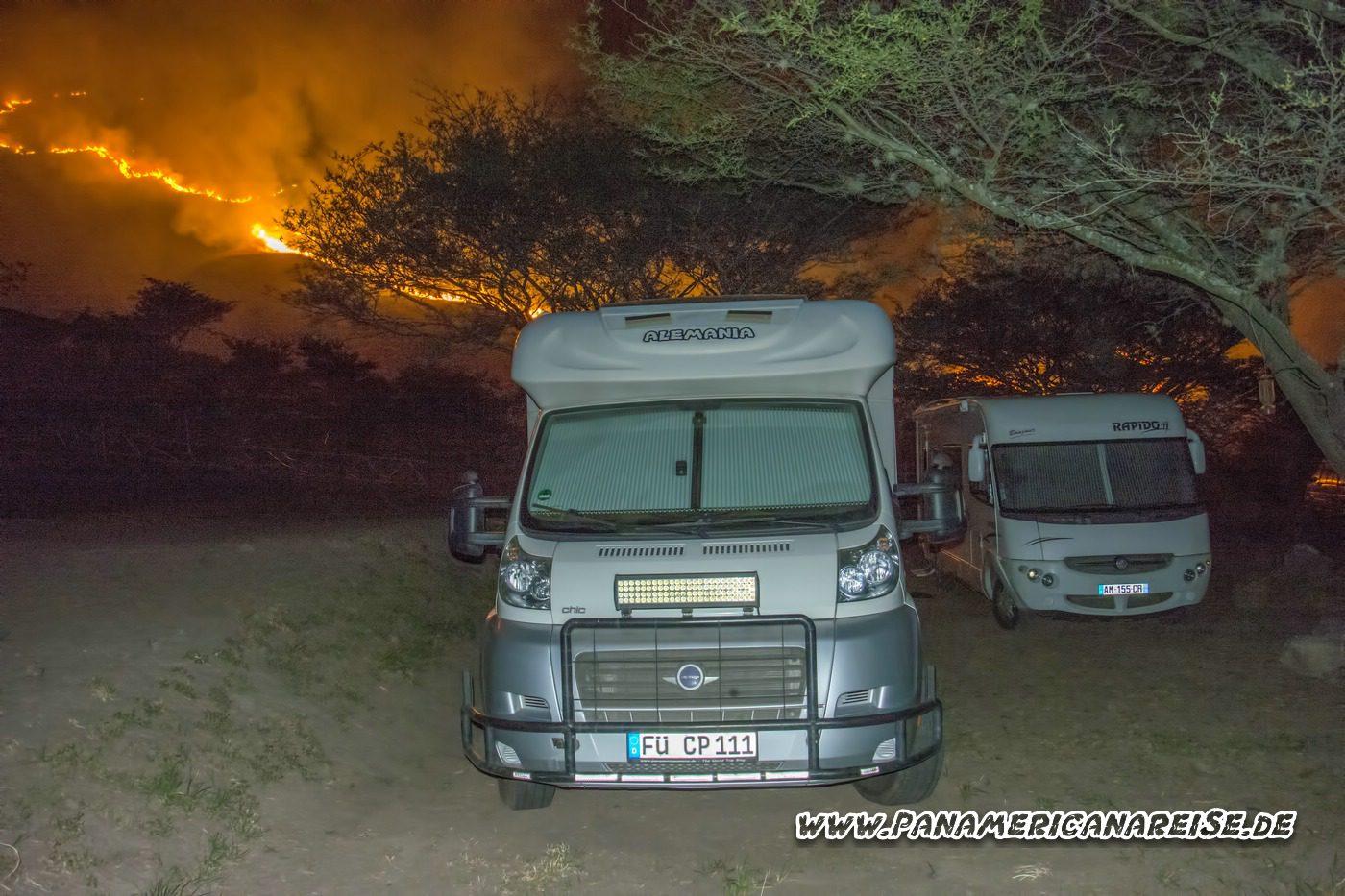 Waldbrand in der Nacht Ecuador Finca Sommerwind Waldbrand