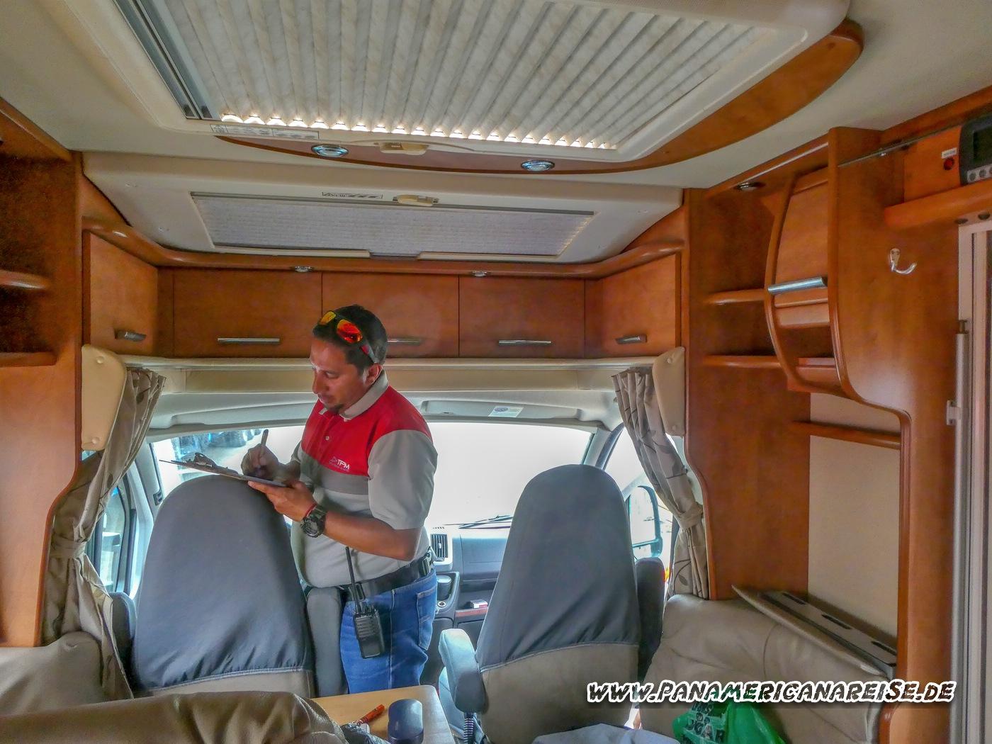 Wohnmobil im Zollhafen Manta Ecuador für Verschiffung